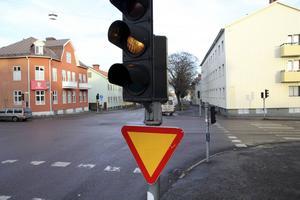 För trafikanter som färdas längs Kungsgatan sitter en skylt som informerar om väjningsplikt.