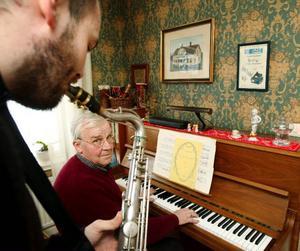 Ett spontant stycke jazz improviseras fram av far och son. Pappa Örjan Ernehed på piano i samspel med sonen Markus Ernehed som pluggar till jazzmusiker Birka folkhögskola.
