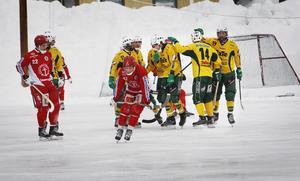 Johan Jansson Hydling gratuleras efter straffmålet som betydde 1-0 för Ljusdal mot Gustavsberg.