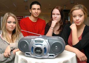 2c793459c560 Här är fyra av ungdomarna som jobbat med webradioprojektet. Från vänster:  Matilda Eriksson,