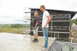Robert Brandt tillsammans med sin pappa Krister Brandt inspekterar betongen på vad som till slut kommer bli golvet på garaget.
