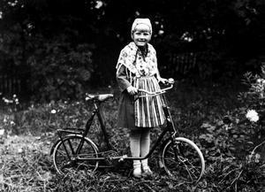 Erna Berghs far var resemontör på Asea och den här cykeln köpte han i London åt sin dotter. Bilden togs 1930 invid Pilgatan.