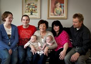 Glada över de tre månader gamla töserna är från vänster Elinor och Jon Stenquist, föräldrar till Nora, stolt farmor och mormor Anette Narfström med flickorna, samt föräldrarna till Mira, Jenny Lindgren och Jens Löfroos.