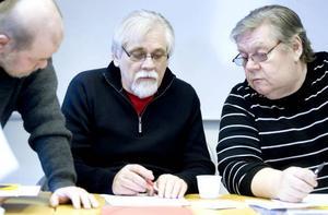 En haikudikt har fem stavelser i första raden, sju i andra och sedan fem igen. Ronny Larsén och Åke Dansk får instruktioner.