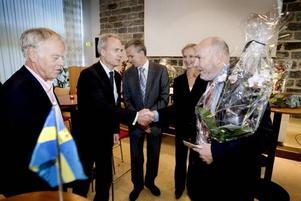 hyllades. Carl Larsson företrädde både Sandvik och Handelsbankens styrelse när Svante W Nord hyllades med tårtkalas näst sista dagen på jobbet. Övriga på bilden är Curt Bergström, Lars Larsson och Pia Källerbo.