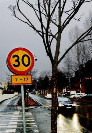 En vanlig vardag är 30 kilometer   i timmen högsta tillåtna hastighet utanför Norra skolan. Men lördag och andra dagar före helgdag är det 50 kilometer i timmen som gäller.Foto: Henrik flygare