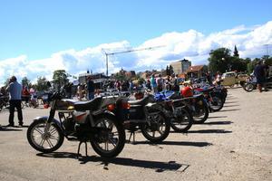 Mopeder och motorcyklar samsades med bilar och vanliga cyklar nere på kajen i Hudiksvall.