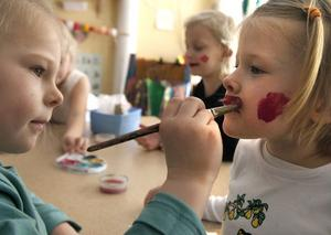 Nu ska ansikten målas. Saga Widehammar är väldigt noga när hon målar på Freja Hellberg.