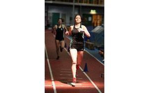 Falu IK:s Mikaela Johannesson vinner 400 meter före klubbkompisen Sara Ulin. Mikaelas tid 59,05 var personligt rekord.FOTO: JOHNNY FREDBORG