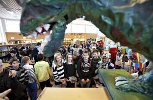 HAR SAMARBETAT. Sara Sjökvist, Nora Bogren, Linus Sjöstedt, Erika Larsson och Ifrah Abdim har tillsammans skapat Lilla Sätraskolans dinosaurie, som nu kan beskådas.