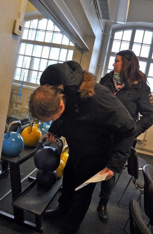 Skrotlyftande kommunalråd? I januari 2013 passade Abbe Ronsten på att känna på en kettleball i samband med ett besök på nyöppnade gymmet Må Bättre, som håller till i gamla Yxfabriken i Säter. I bakgrunden, Helena Åkerberg Hammarström, näringslivschef.