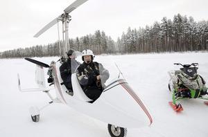 Innan filmteamet dyker upp testar piloten Mikael Vuorijärvi förutsättningarna i luften. Med på passagerarplats är Mikael Andersson.
