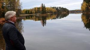 Karl Beijbom blickar ut över sjön Snyten i Ängelsberg, en sjö som en gång inspirerade Olof Arboreliusatt måla en tavla som blivit så känd och så älskad.