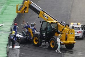Lewis Hamilton hade inga problem att lämna bilen efter kraschen på sitt första kvalvarv till söndagens race på Interlagosbanan i São Paulo.