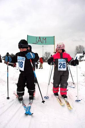VASALOPP. Casper Häggblom och Linn Englund har precis kommit i mål och stakar vidare ytterligare ett varv.