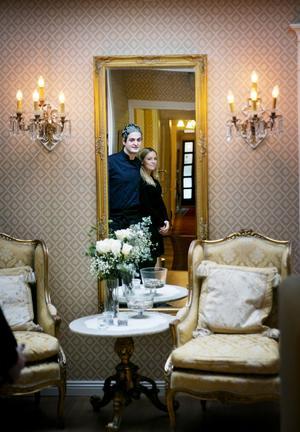 """det lilla extra. Richard Söderberg och hans flickvän Emelie Ohlsson driver Torpa pensionat. """"Vi brukar lägga lite choklad och ställa in champagne för att göra det extra lyxigt i bröllopssviten,"""" säger Richard. Foto: Magnus Grimstedt"""