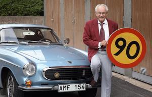 Rune Söderqvist vid sin Volvo P 1800. Bilden tagen inför 90-årsdagen.