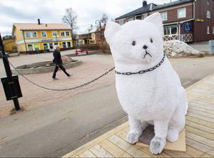 Den nästan manshöga katten satt tjudrad i centrala Sveg i går eftermiddag, snart väntas den dyka upp på andra platser i Härjedalen, som del i ett konstprojekt.Foto: Joachim Lagercrantz