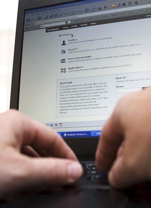 Hot eller möjlighet? Vissa arbetsgivare ser sociala medier som en säkerhetsrisk, andra som ett sätt att skaffa kunskap och knyta kontakter. foto: Scanpix