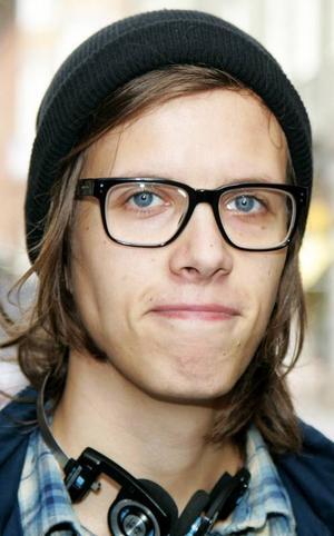 Erik Persson,22 år, Östersund:– Nej, jag använder nätet. Jag knappar in personen eller företaget. Oftast får jag svar, men inte alltid. Därför använder jag flera sökmotorer.