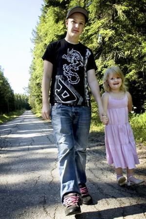 Skolväg. Sebastian och Viktoria går den halvtimmeslånga promenaden från sitt hem i Skattlösberg till vägskälet där bussen går förbi. Foto:Karin Rickardsson