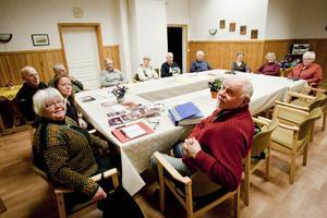 I förgrunden Maritha Adriansson, Lisbeth Sundbye och Olof Mattson och deras kamrater ser till att