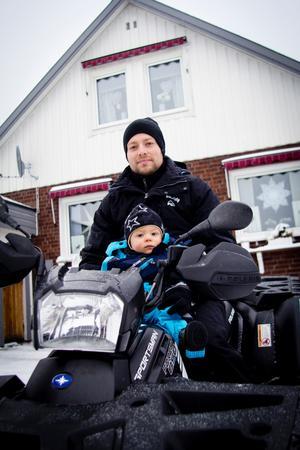 Jimmy Sandell och sonen Elias bor i Uggelbo, ett av Fagerstas lågprioriterade områden när det gäller snöröjning.