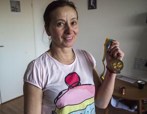 Aldina Staroselsky visar upp sin bronsmedalj från EM i Göteborg, 1982. Hon vill gärna dela med sig av sina kunskaper som tränare.
