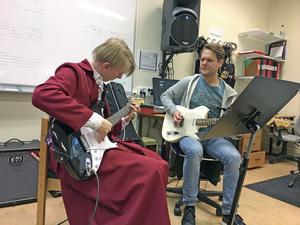 André Sols Persson, elev på Musikskolan i Hedemora, här tillsammans med läraren Johan Engström, har fått sällskap av andra verksamheter. Därför ska Musikskolan byta namn till Kulturskolan.