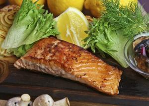 Färsk lax på ekplanka är vanlig på krogen. Här med spännande svamppickels som bidrar med frisk syra till den feta fisken.