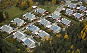 Stort intresse. Det tillfälliga stödet för installation av solceller är på lång sikt ett hot mot solcellesindustrin. För vad händer när pengarna och stödperioden är slut? undrar debattörerna.