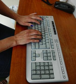 Flinka fingrar. Blogg är en förenkling av webb och logg, en webbsida som innehåller periodiskt publicerade inlägg. Foto:Jenny Lagerstedt