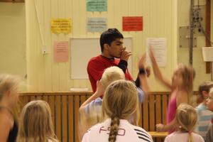 Vahab Daneshvar undervisar förstaklassare i Hallstahammar i brottning.