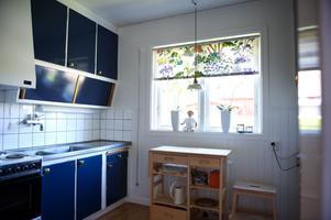 Det gamla köket med sina snedställda skåp har Monica och Lars-Olov länge velat göra om.