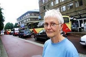 Foto: NICK BLACKMONMitt i trafiken. Universitetslektor Christina Thunwall har studerat hur trafiken i Gävles centrum har utvecklats under de senaste 50 åren. - Gävle har haft en gynnsam situation med tanke på nyplaneringen efter branden 1869. Esplanaden sväljer oerhört mycket biltrafik om man jämför med Uppsala som har en trång stadskärna, säger hon.