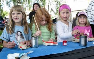 Med penseln i högsta hugg. Några barn som lyckades få varsin häst att måla var Jeanette Heed Dahlman, Kajsa Larsson och Lovisa Hellberg 6 år, samt Jonna Hellberg 5 år. Foto:Gunne Ramberg