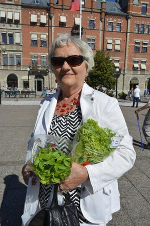 Ulla Jacobsson gjorde sig redo för att göra gröna drinkar på lokala grönsaker.