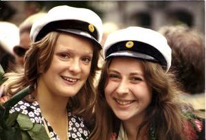 Året är 1974, juni. EwaMaria Björkström, th, och hennes skolkamrat Eila Nilsson.