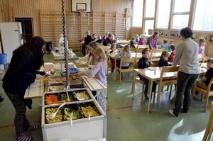 Tillfälllig matsal. Kokt lax och potatis serverades under onsdagen. Eleverna äter på engångstallrikar.
