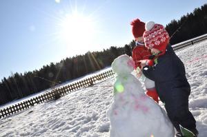 SNÖGUBBE. Disa Carlsson, Marie Carlsson och Alicia Axelsson byggde en snögubbe.