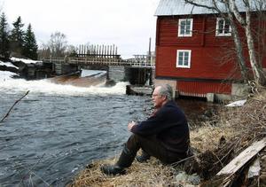 """""""Nu sitter vi i en rävsax. Vi får inte sätta ut öring och det reproduceras ingen ny i Hällsjön"""", säger Per-Lennart Persson. Foto: Jan Andersson"""