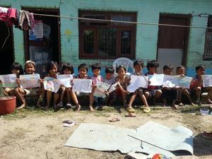 Manjushree-barnen efter jordbävningen.