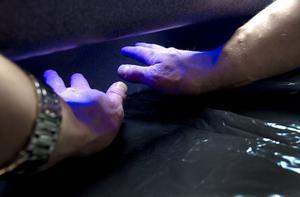 Hur ren blev egentligen händerna? UV-lampan visar vilka områden på handen som fått handsprit på sig.