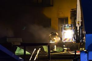 Lindriga skador. Totalt fördes tre personer till sjukhus, de inblandade uppges ha lindriga brand- och rökskador. Foto:Mikael Forslund