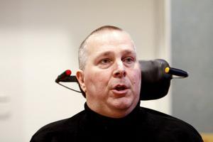 Miljöpartisten Andreas Obenius anser att nämnden bör sitta kvar och ta ansvar för att rätta till bristerna.