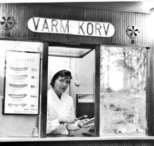 För 55 år sedan. Solveig Lund jobbade i Skinnskattebergs första korvkiosk för 55 år sedan. I dag har hon fyllt 80 år och är pensionerad.