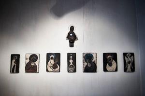 En vägg i Drejeriets utställningsrum är fylld av ikoninspirerade jungfrubilder.