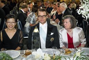 Doktor Tong Sun Kobilka, prins Daniel och Lady Jean Gurdon vid bordet under nobelbanketten i Stockholms Stadshus på måndagen.