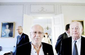 """Herrarna Åke Ljusberg och Gunnar Johansson, styrelseordförande i Persson invest, kände sig båda lite oroliga inför framtiden.""""Vi har förlorat folkmängd i en rad år, och jag tror att vi skulle kunna försvara oss bättre om vi vore en enda kommun. Men visst finns det också ljuspunkter"""", säger Gunnar.""""Både kulturen och idrotten är på gång. Det skulle kunna vara framgångsfaktorerna"""", inflikar Åke."""