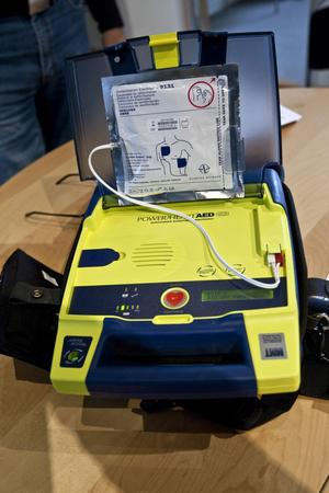 6. Använd hjärtstartare. Sätt igång hjärtstartaren och följ de inspelade instruktionerna. Fortsätt att varva med hjärt-lungräddning tills du blir avlöst eller personen visar tydliga livstecken. På hjärtstartarregistret.se kan du se var närmaste defibrillator finns.